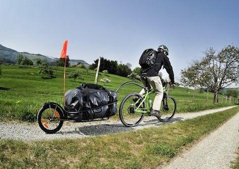 remorque vélo Aevon UNO 100 Sur route de campagne
